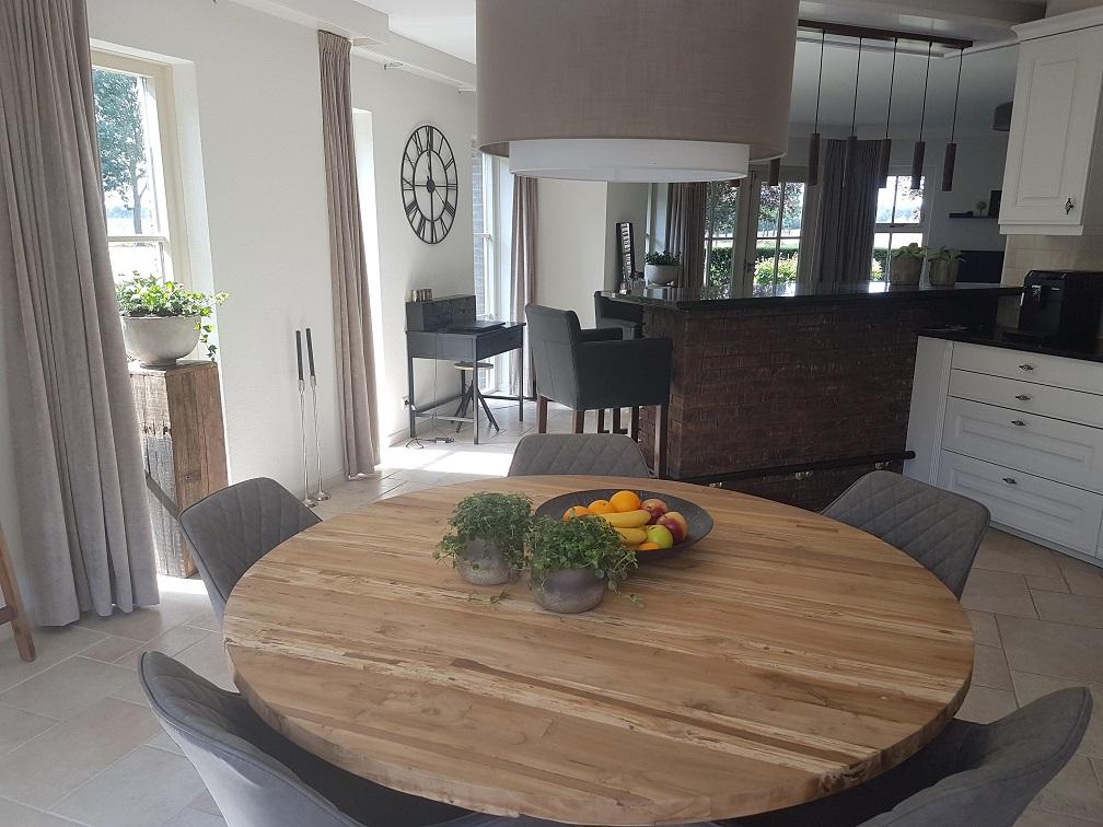 doorkijk woonkamer bar keuken