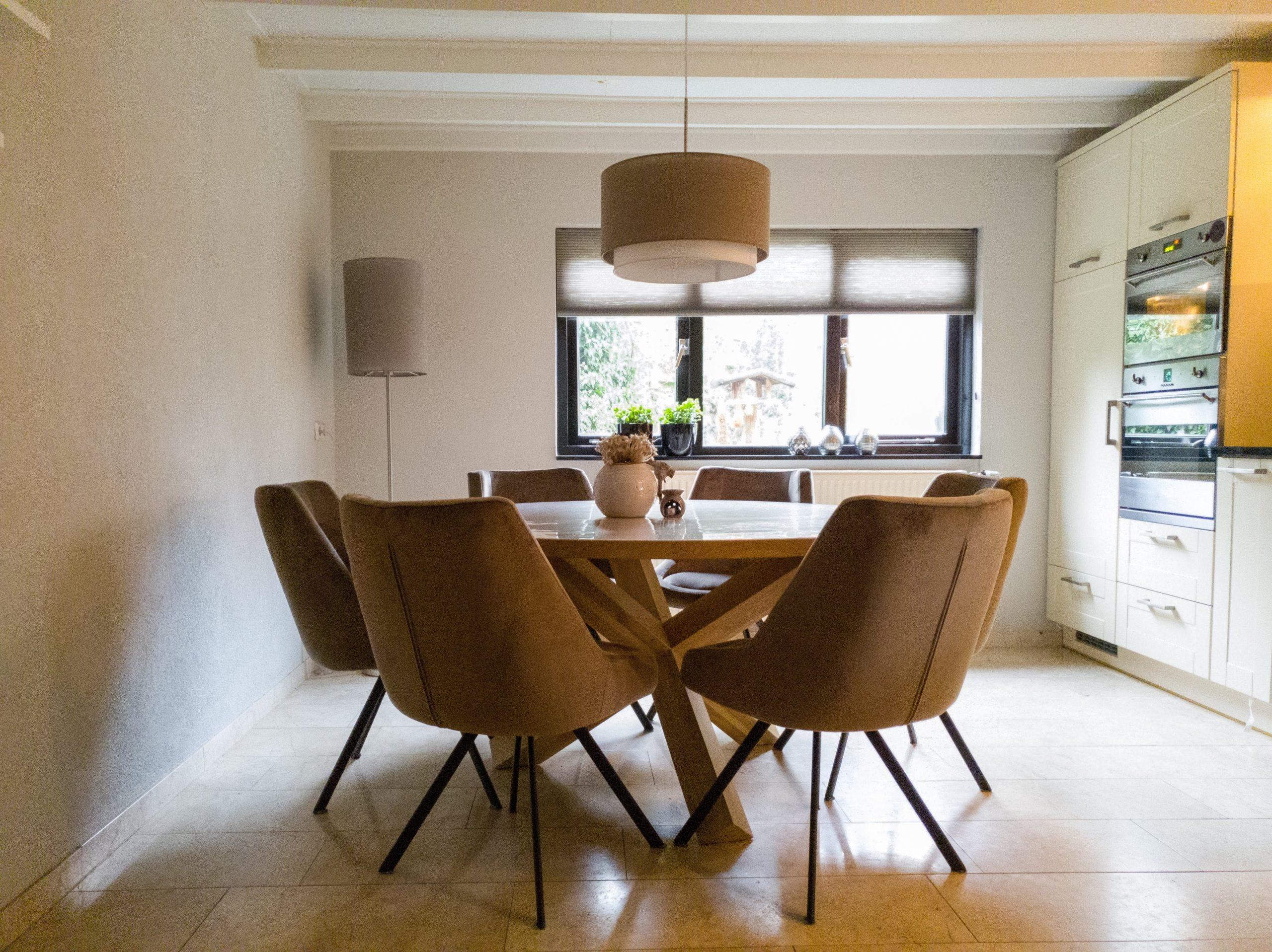 Leefkeuken met ronde tafel en lekkere stoelen